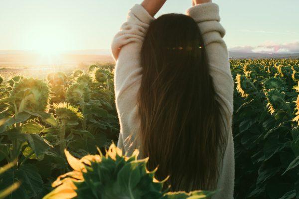 向日葵畑にいる女性