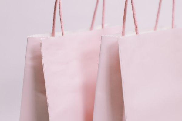 ピンク色の紙袋